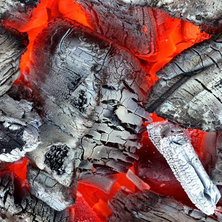 holzbriketts: Gl�hende hei�e Holzkohle Isolated Background Texture Nahaufnahme