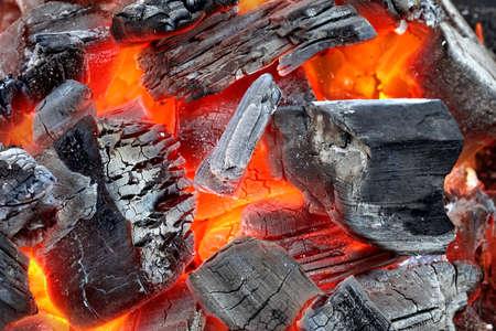 holzbriketts: Glühende heiße Holzkohle Isolated Background Texture Nahaufnahme