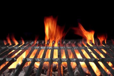 黒の背景に分離された明るい炎で炭火バーベキューの熱い 写真素材