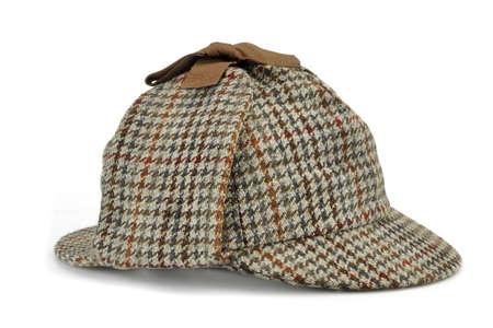 Concepto de Investigación Con Sherlock Holmes Sombrero famoso como de cazador aislado sobre fondo blanco Foto de archivo - 46237413