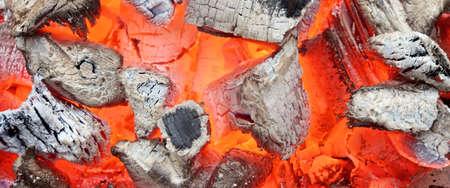 holzbriketts: Holzkohleglut Close-up Hintergrund oder Textur isoliert auf schwarz