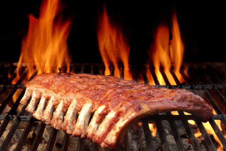 Baby Back Of Spareribs barbecue geroosterd op de Hot Flaming Charcoal Grill Stockfoto