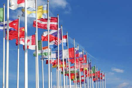banderas del mundo: Banderas del mundo que sopla en el viento en el fondo de cielo nublado Foto de archivo