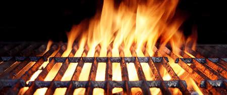 Primer De Hot BBQ Flaming Grill con las llamas brillantes y carbones que brillan intensamente Foto de archivo - 46267537