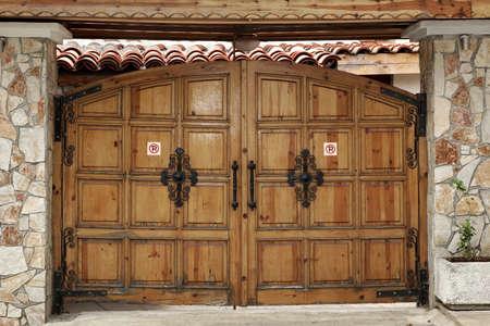 Modernes Garagen-oder Yard-hölzernes Tor in der alten Art Standard-Bild - 46269095
