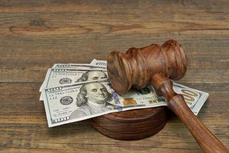 d�livrance: Concept pour la corruption, la Cour de faillite, Bail, la criminalit�, Soudoyer, la fraude, des ench�res d'ench�res. Les juges ou priseur Gavel, Soundboard Et Bundle Of Dollar argent sur la table en bois de texture fond rugueux.