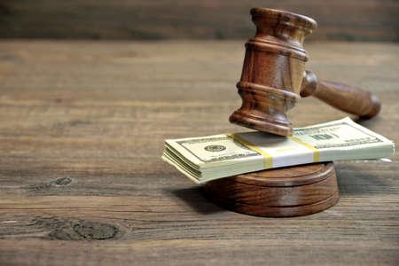 abogado: Primer plano de los jueces Mazo, Soundboard Y Manojo De D�lar dinero sobre la mesa de madera en bruto. Concepto de corrupci�n, Tribunal de Quiebras, Bail, de negocios o de la delincuencia financiera, Sobornar, Fraude, pujas Subasta Foto de archivo