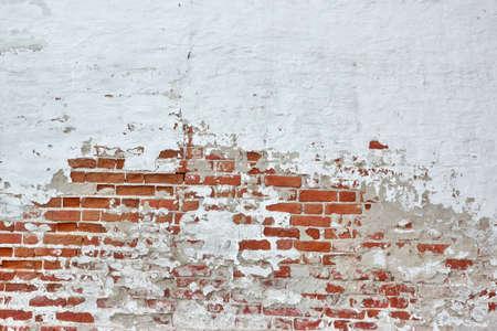 broken wall: Pared de ladrillo roja vieja vinyage Con Salpicada yeso blanco Textura de fondo Foto de archivo