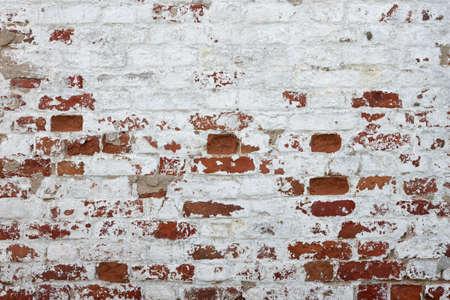 pared rota: Pared de ladrillo rojo con yeso blanco da�ado fondo de la textura Primer plano