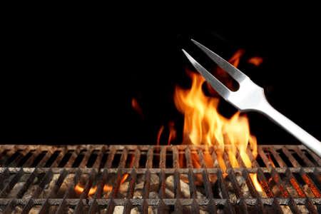 分離の黒の背景に炎の明るい空の燃えるような木炭バーベキュー グリル。週末バーベキュー パーティーやピクニックのコンセプト。