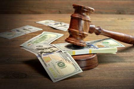 Concept pour la corruption, la Cour de faillite, Bail, la criminalité, Soudoyer, la fraude, des enchères d'enchères. Les juges ou priseur Gavel, Soundboard Et Bundle Of Dollar argent sur la table en bois de texture fond rugueux.