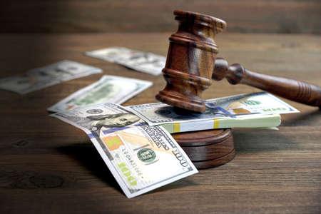 Praca za korupcję, sąd upadłościowy, Bail, przestępczość, przekupywanie, oszustwa, Licytować aukcji. Sędziowie lub Aukcjoner Gavel, Soundboard A Bundle dolara Pobranie Rough drewniane teksturą tle tabeli.