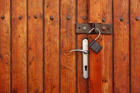 puertas de hierro: Rustic Vintage Grunge Marr�n Rojo Madera doble puerta o port�n con candado textura de fondo abierto