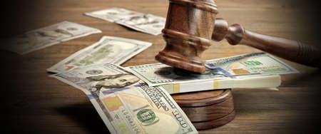 破損、コンセプト破産裁判所、保釈、犯罪、贈賄、詐欺、オークションします。裁判官または競売小槌、響板と大まかな木製の質感テーブル背景に