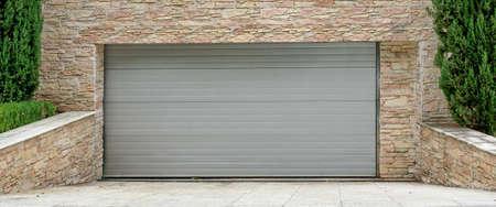Eléctrico automático enrollable comercial Garaje Puerta O push-up de la puerta en el edificio de planta baja moderna Foto de archivo - 47114244
