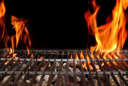 Lege Barbecue Grill met Heldere Vlammen Close-up geïsoleerd op zwarte achtergrond met kopie ruimte Stockfoto