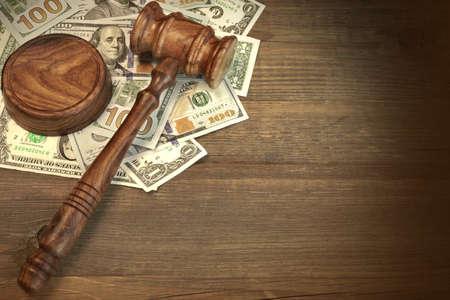 Concept voor corruptie, Bankruptcy Court, Bail, Criminaliteit, Omkopen, Fraude, veiling bieden. Rechters of Veilingmeester Hamer, Soundboard En Bundel Van Dollar Cash op de ruwe houten structuur tafel achtergrond.