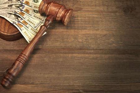 corrupcion: Concepto de corrupción, Tribunal de Quiebras, la fianza, Crimen, Sobornar, Fraude, pujas Subasta. Jueces o subastador Mazo, Soundboard Y Bundle de dólares en efectivo On The Rough de madera con textura de fondo Tabla.