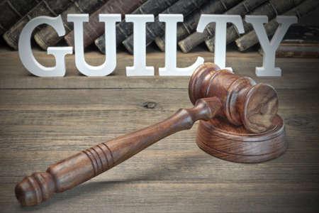 jurado: El concepto veredicto del jurado. Firmar culpable, mazo de los jueces y libro de ley viejos En El Fondo �spero tabla de madera, Vista de frente