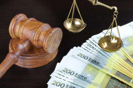 Concept voor corruptie, Faillissement, Bail, Criminaliteit, Omkopen, fraude. Rechters Hamer, Schaal van Justitie en Euro Cash On The Rough Zwarte houten geweven tafel achtergrond.