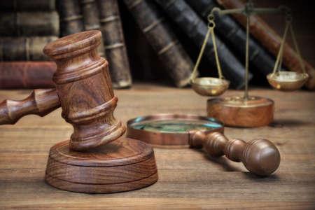 martillo juez: Los jueces Mazo, Libro Antiguo, lupa de la vendimia y escala retro en el �spero fondo de madera Foto de archivo