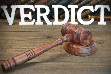 jurado: El concepto veredicto del jurado. Veredicto sesi�n, mazo de los jueces y libro de ley viejos En El Fondo �spero tabla de madera, Vista de frente