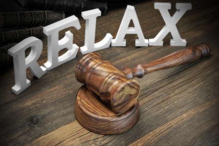jurado: El concepto veredicto del jurado. Signo Relax, mazo de los jueces y libro de ley viejos En El Fondo �spero tabla de madera, Vista de frente
