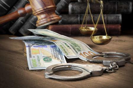 mandato judicial: Concepto de corrupci�n, la Corte de Bancarrota, Bail, Crimen, Sobornar, Fraude, jueces martillo, Caja de resonancia y el paquete de d�lares en efectivo en el �spero fondo de madera con textura.