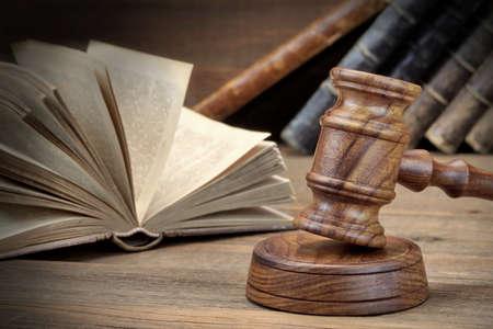 libros abiertos: JJudges de madera o subastador Gavel y abrir ley viejos libros sobre la mesa de madera áspera en el fondo. Concepto de la ley. Vista de frente, Close Up Foto de archivo