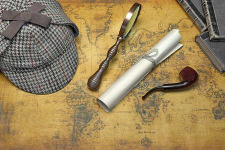 Vista desde arriba de Sherlock Holmes de cazador Sombrero Y Herramientas del detective privado En El Fondo Antiguo mapa del mundo. Los artículos incluyen la vendimia Lupa, Retro clave, Manuscrito, pipa de fumar Foto de archivo - 51562074