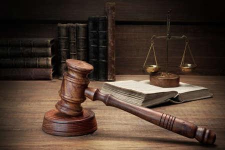 derecho penal: Primer De mazo de los jueces, texto legal, Escalas de la justicia sobre el fondo de madera �spera. Concepto de la ley