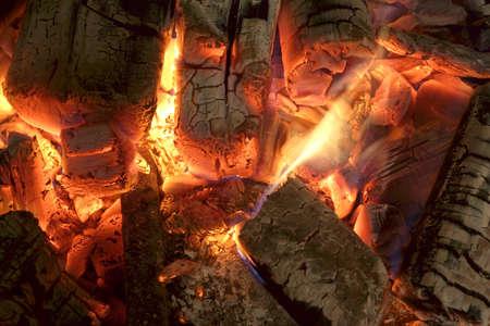 holzbriketts: Hei�e Holzkohle-Briketts Glow In BBQ Grill Pit-Hintergrund-Beschaffenheit, Draufsicht