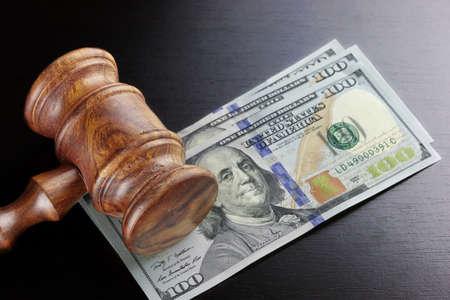 Praca za korupcję, upadłości, Bail, przestępczość, przekupywanie, oszustwo, Licytować aukcji. Sędziów lub Aukcjoner Gavel Soundboard A Bundle dolara gotówką w surowca czarny drewniane teksturą tle tabeli.