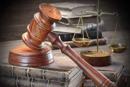 derecho penal: Primer De Jydjes Mazo, texto legal, Escalas de la justicia sobre el fondo de madera �spera. Concepto de la ley