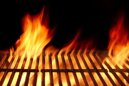 Leer Sauber Flaming Grill auf schwarzem Hintergrund. Top View. Sommer-Party oder Grillparty oder ein Picknick-Konzept