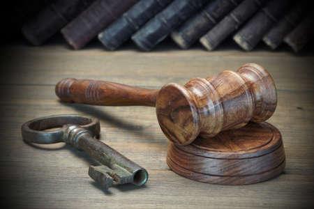 Jueces o subastador Martillo, Llave de la Puerta retro, viejo libro de ley sobre la mesa de madera. Por concepto de prueba, quiebra, impuestos, Hipoteca, ofertas de subasta, ejecución de una hipoteca o heredar los inmuebles Foto de archivo