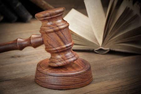 libros abiertos: Jydges de madera Mazo Y Abiertas ley viejos libros sobre la mesa de madera en bruto en el fondo. Concepto de la ley. Vista de frente, Close Up Foto de archivo
