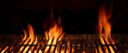 Vide et propre Hot Flaming Charcoal Barbecue Grill Avec flamme vive isolé sur fond noir. Party, pique-nique, Braai, Cookout Concept