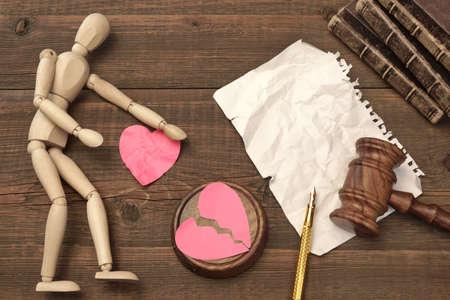 the human heart: Concepto de divorcio en la Corte. Mazo, Libro de ley, jueces martillo, blanco vac�o P�gina, coraz�n quebrado papel en el fondo de madera Foto de archivo