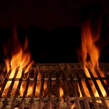 Lege hete houtskool barbecue met heldere vlam geïsoleerd op zwart, Frame Vierkante Achtergrond Textuur. Partij, Picnic, Braai, Cookout Concept Stockfoto