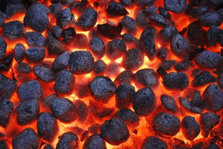 BBQ Grill Pit mit glühenden Und Flaming Hot Kohle-Briketts, Essen Hintergrund oder Textur, Nahaufnahme, Ansicht von oben