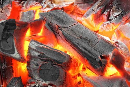 holzbriketts: Glühende heiße Holzkohle BBQ Grill Pit mit Flammen-Hintergrund Textur, Close-up