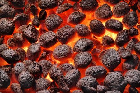 holzbriketts: BBQ Grill Pit mit gl�henden Und Flaming Hot Kohle-Briketts, Essen Hintergrund oder Textur, Nahaufnahme, Ansicht von oben Lizenzfreie Bilder