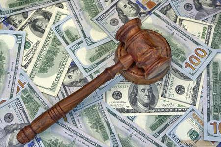 corrupcion: Jueces o subastador Mazo en el fondo del dólar en efectivo, vista desde arriba, Primer plano. Concepto de corrupción, quiebra, Bail, Crimen, Sobornar, Fraude, ofertas de subasta, multas Foto de archivo