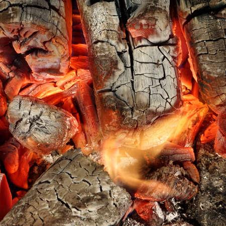 holzbriketts: Heiße Holzkohle-Briketts Glow In BBQ Grill Pit-Hintergrund-Beschaffenheit, Draufsicht