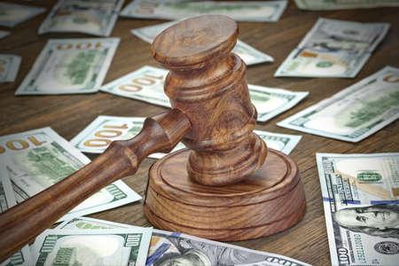 Delitos financieros, fraude o subasta imagen del concepto con los jueces del mazo o martillo de subastas y Pila del dinero en el fondo, primer Foto de archivo - 60412804