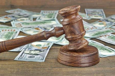 Crimine finanziario o frode o Asta concetto immagine con i giudici martelletto o Martello dell'asta e denaro Pila Sullo Sfondo, Close Up