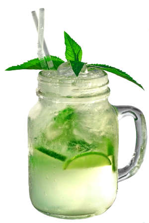Beneveld En Nat Glas Kruik Met Mojito Cocktail Die Op Witte Backgro? Nd, Close-up