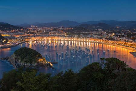 산 세바스찬 도시와 Igueldo의 La Concha 해변 스톡 콘텐츠