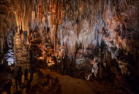 Stalaktiten in der Valporquero-Höhle in Leon, Spanien